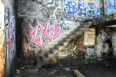 Zniszczone Schody opuszczonego budynku