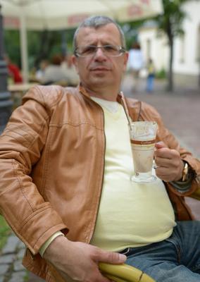 Darek Kraśnicki z kawką mrożoną
