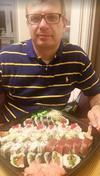 Darek Kraśnicki przed konsumpcją sushi