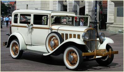 Zabytkowe auto w Warszawie czekające na Nowożeńców