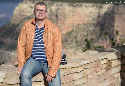 Darek Kraśnicki pozuje do zdjęcie nad Grand Canyon